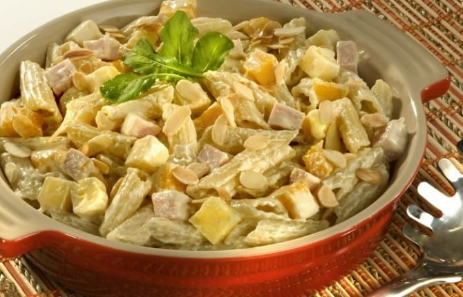 Salada ao molho de mostarda com peito de peru e manga