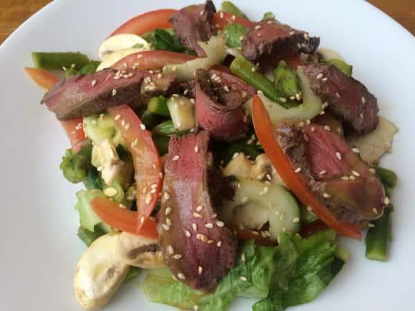 Salada com carne bovina patinho