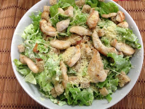 Salada caesar caseira com frango