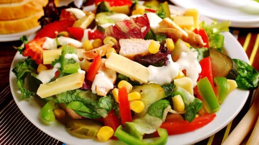 Salada colorida com peru