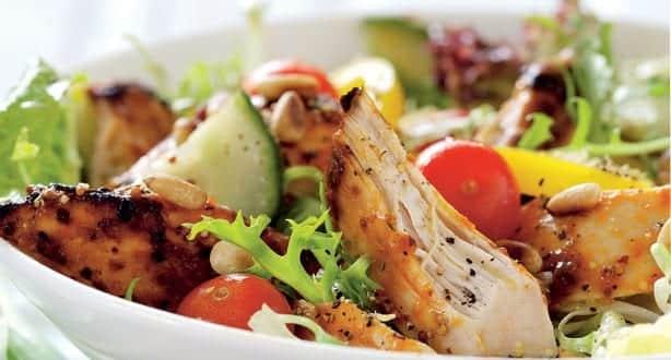 Salada com frango fria