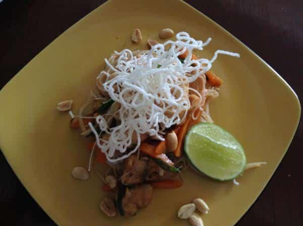 Pad thai tailandês com lombo