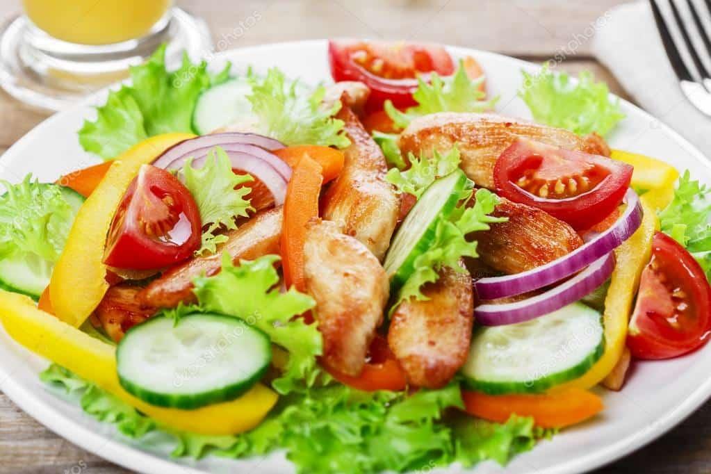 Salada com pimentão e frango