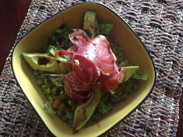 Salada de abacate e presunto