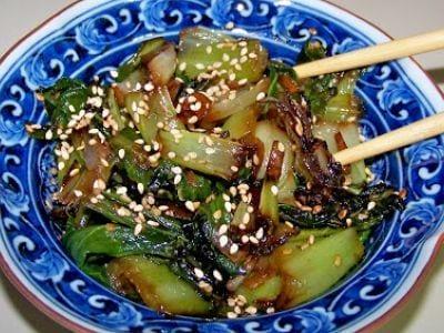 Acelga chinesa com gergelim