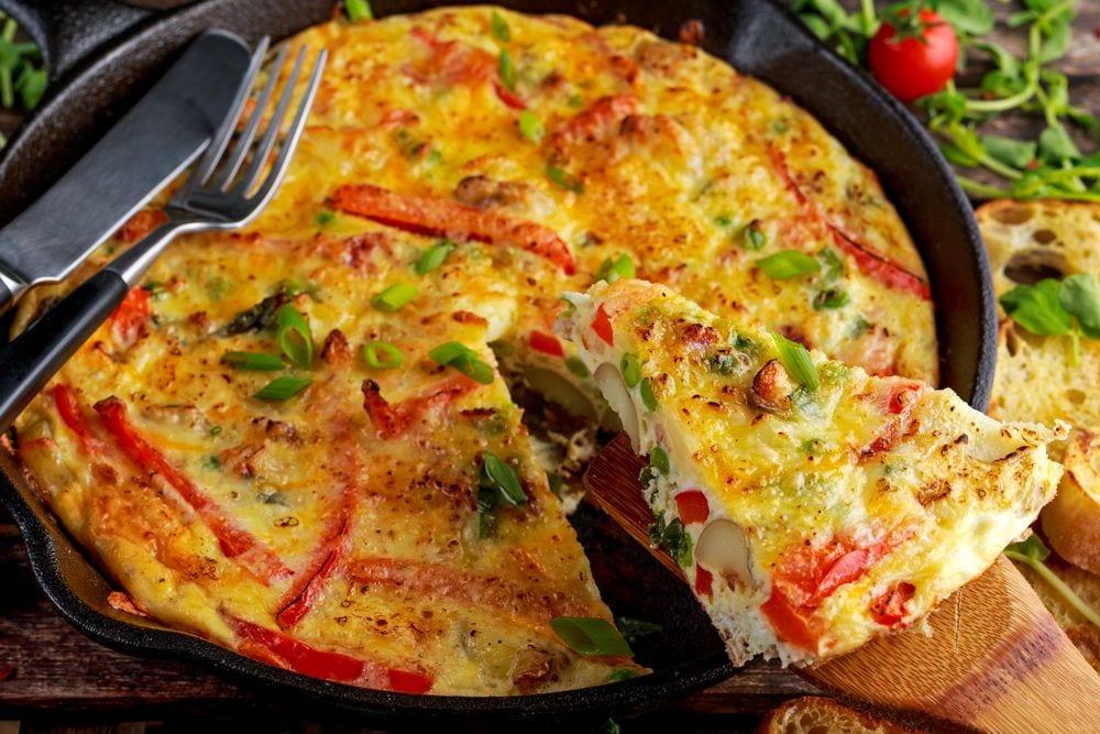 Receita de mini-omelete de forno com queijo e presunto