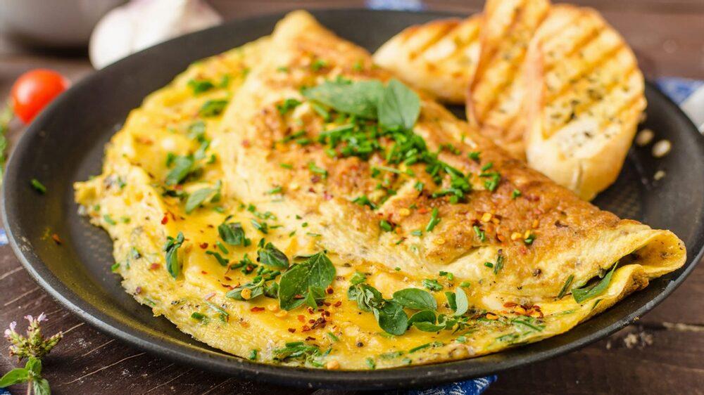 Receita de omelete de legumes com cottage e chá verde
