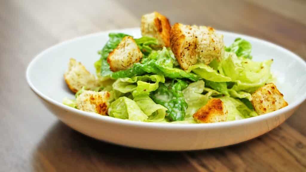 Salada caesar com frango e croutons
