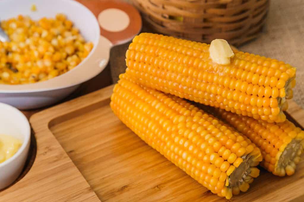 Receita de espeto de milho cozido com manteiga