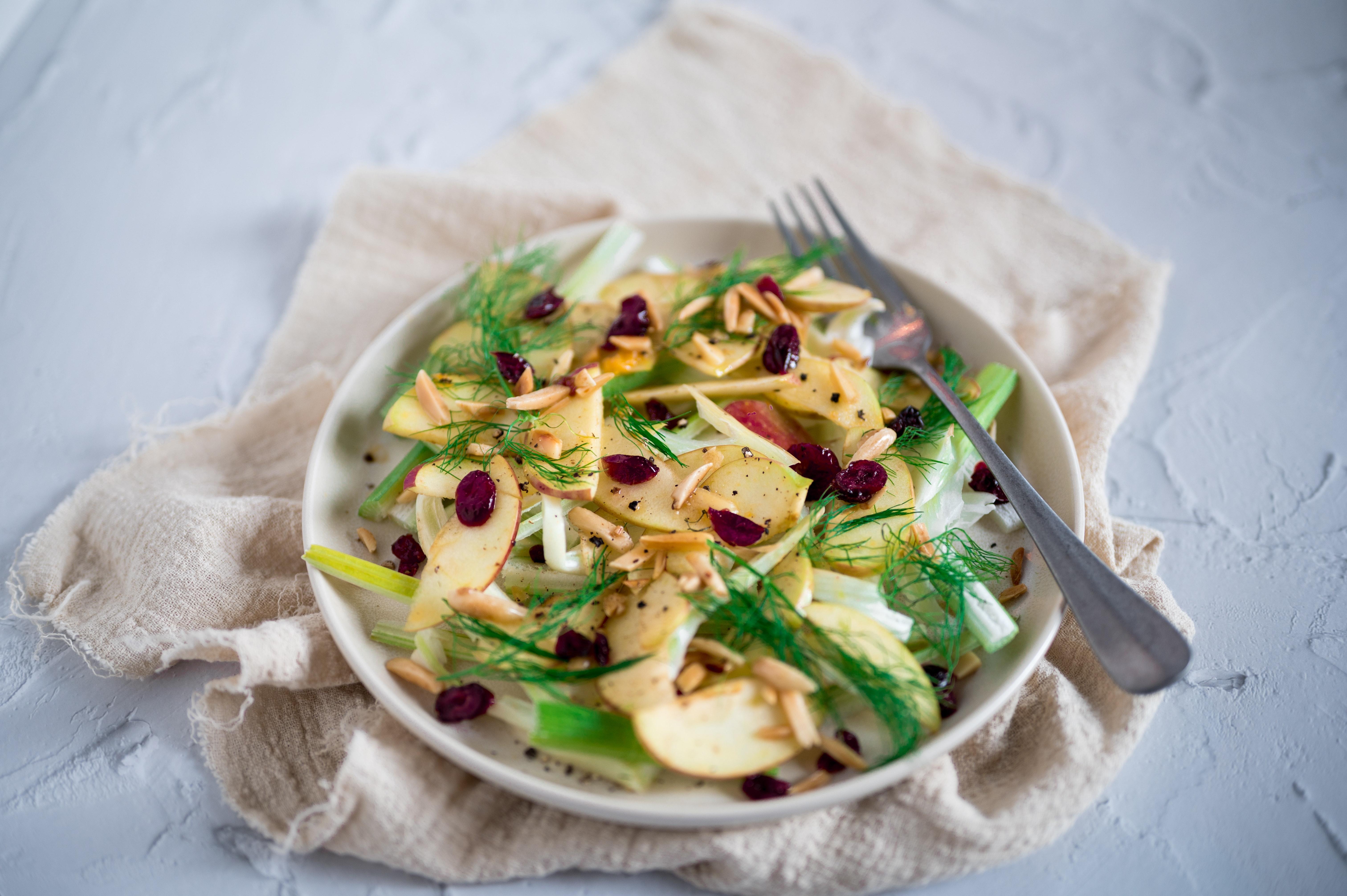 Salada de alface americana com vegetais, torradas e cogumelos